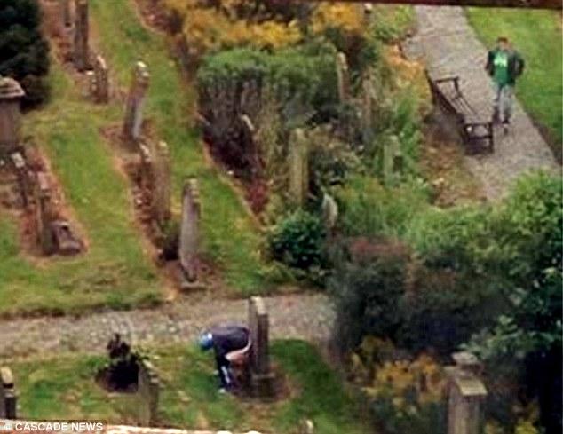 """Kinh tởm người đàn ông tụt quần, """"đi nặng"""" trên bia mộ ở nghĩa trang - 2"""