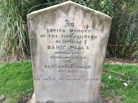 """Kinh tởm người đàn ông tụt quần, """"đi nặng"""" trên bia mộ ở nghĩa trang - 3"""