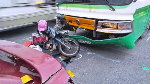 Cô gái bị kẹp chặt giữa hai ô tô gào khóc cầu cứu - 1
