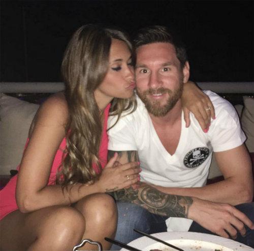 """Messi và bạn gái ngầm ví mình là """"Vua và Hoàng hậu"""" - 1"""
