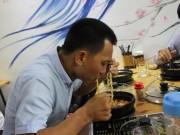 Bạn trẻ - Cuộc sống - Gặp 'thánh ăn mỳ cay' cấp 12 gây xôn xao ở Nghệ An