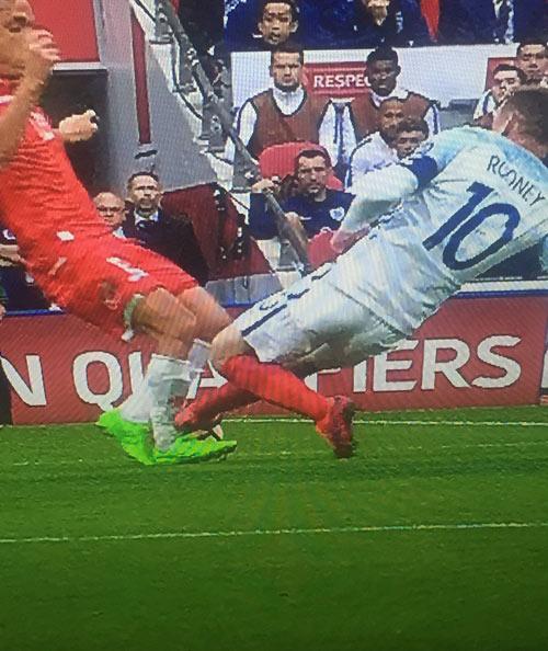 ĐT Anh: Mờ nhạt, Rooney còn suýt đạp gãy chân đối thủ - 2