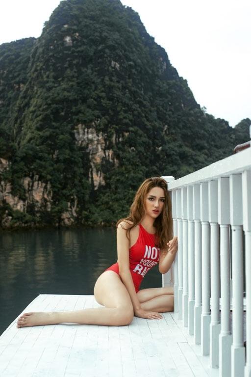 Mỹ nhân Việt gợi cảm với áo tắm khoét hông cao táo bạo - 13