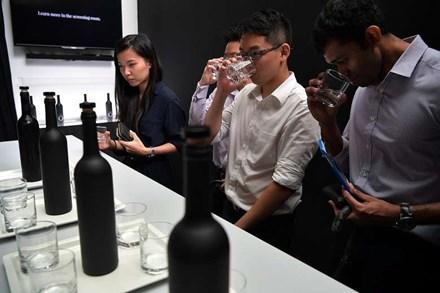 Chai nước sạch đắt nhất châu Á, giá 28 triệu đồng - 1