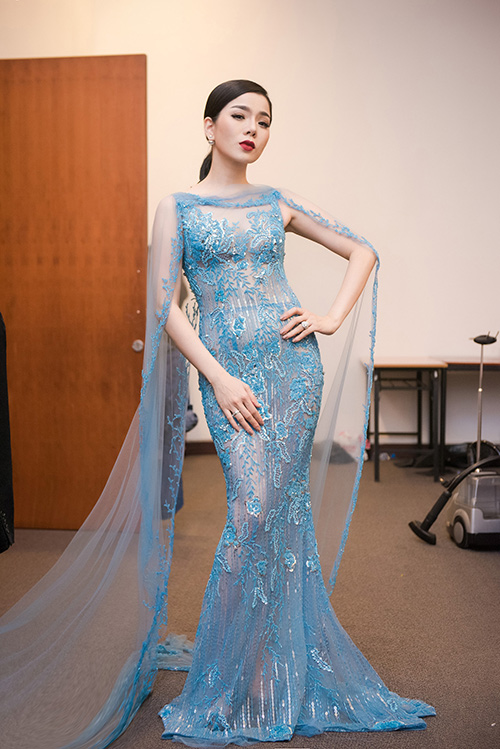 """Tuyển tập váy """"nhìn thấu da"""" của nữ hoàng phòng trà - 3"""