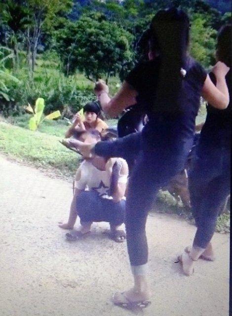 Xuất hiện clip cô gái trẻ bị tát, đá bất tỉnh tại chỗ - 1