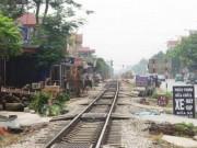 Tin tức trong ngày - Băng qua đường sắt đón khách, xe ôm bị tàu tông tử vong
