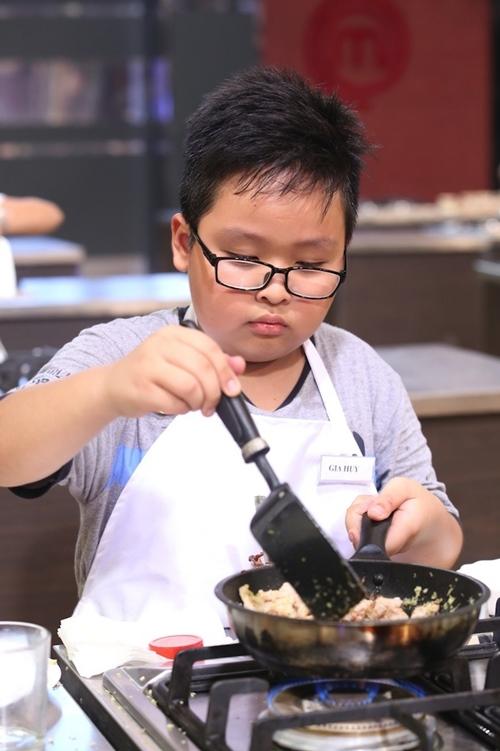 Sửng sốt với món ăn của cậu bé 9 tuổi bị rụng răng khi nấu - 1