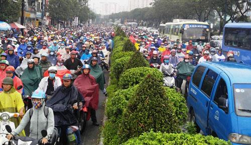 """Người và phương tiện """"bó chân"""" trên đường phố Sài Gòn - 1"""