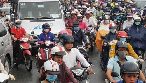 """Người và phương tiện """"bó chân"""" trên đường phố Sài Gòn - 4"""