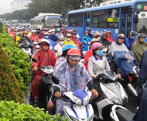 """Người và phương tiện """"bó chân"""" trên đường phố Sài Gòn - 3"""
