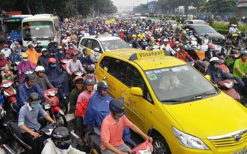 """Người và phương tiện """"bó chân"""" trên đường phố Sài Gòn - 2"""