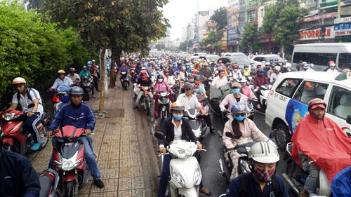 """Người và phương tiện """"bó chân"""" trên đường phố Sài Gòn - 6"""