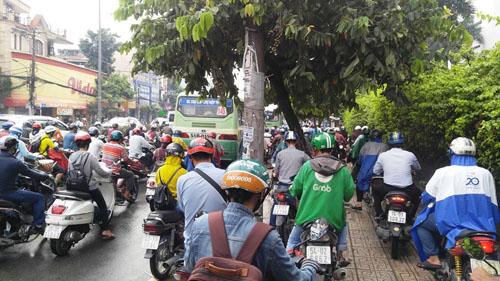 """Người và phương tiện """"bó chân"""" trên đường phố Sài Gòn - 5"""