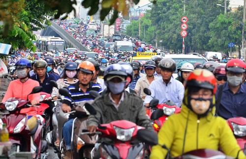 """Người và phương tiện """"bó chân"""" trên đường phố Sài Gòn - 11"""