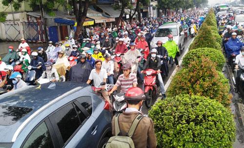 """Người và phương tiện """"bó chân"""" trên đường phố Sài Gòn - 9"""