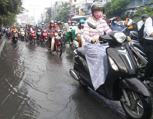 """Người và phương tiện """"bó chân"""" trên đường phố Sài Gòn - 10"""