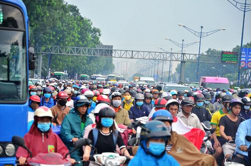 """Người và phương tiện """"bó chân"""" trên đường phố Sài Gòn - 8"""