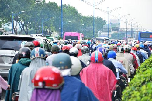 """Người và phương tiện """"bó chân"""" trên đường phố Sài Gòn - 7"""
