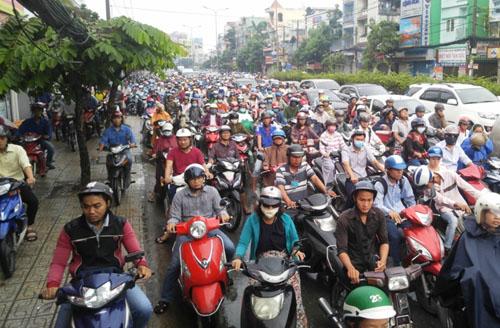 """Người và phương tiện """"bó chân"""" trên đường phố Sài Gòn - 12"""
