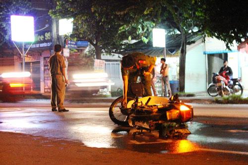 Thanh niên thoi thóp bị bỏ mặc trên đường sau tai nạn - 1