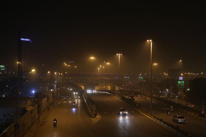 Ngột ngạt, cay mắt vì khói mù ở Hà Nội - 3