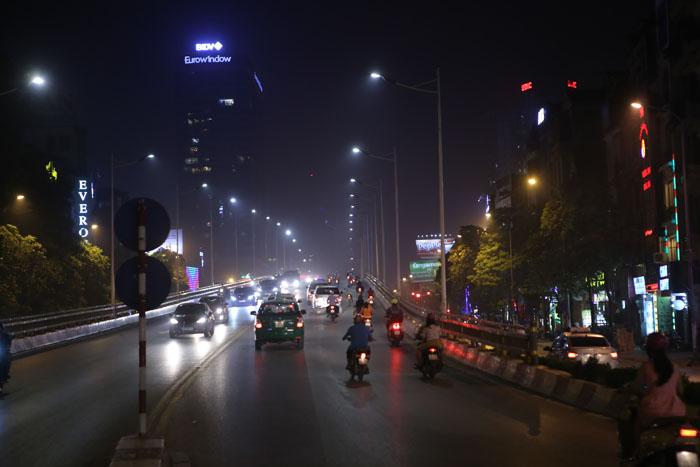 Ngột ngạt, cay mắt vì khói mù ở Hà Nội - 7