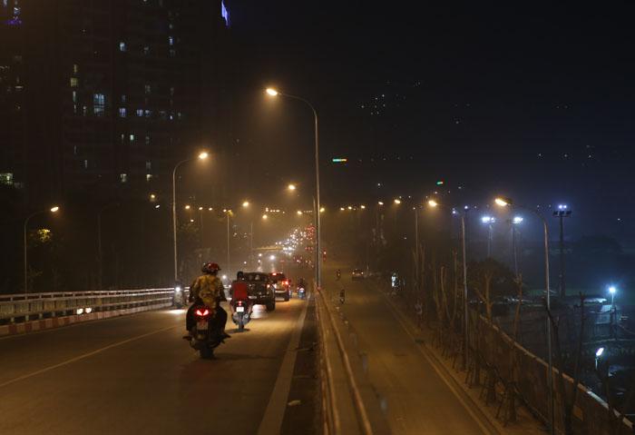 Ngột ngạt, cay mắt vì khói mù ở Hà Nội - 4