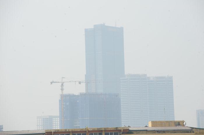 Ngột ngạt, cay mắt vì khói mù ở Hà Nội - 11