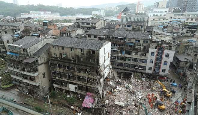 TQ: 4 chung cư 5 tầng bất ngờ đổ sập, nhiều người chết - 1