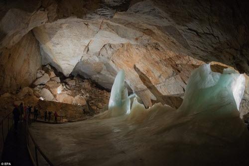 Khám phá vẻ đẹp của động băng khổng lồ ở Áo - 1