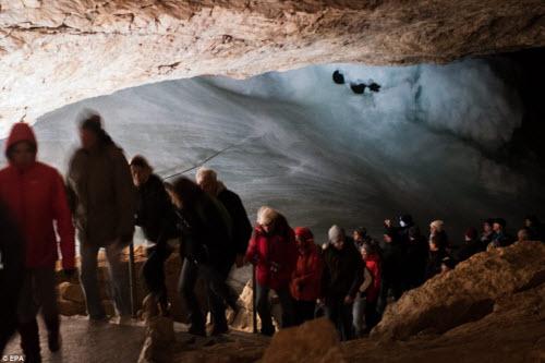 Khám phá vẻ đẹp của động băng khổng lồ ở Áo - 2