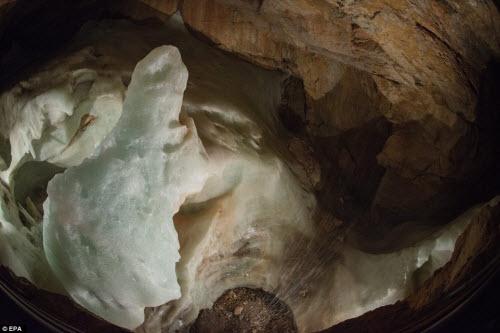 Khám phá vẻ đẹp của động băng khổng lồ ở Áo - 3