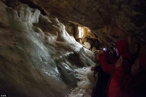Khám phá vẻ đẹp của động băng khổng lồ ở Áo - 10