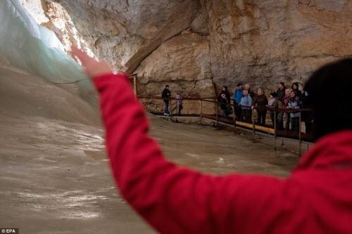 Khám phá vẻ đẹp của động băng khổng lồ ở Áo - 12