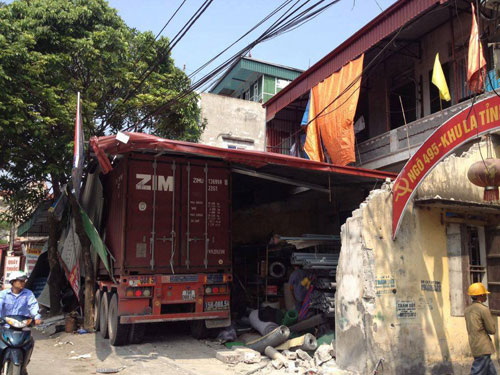 Container mất lái, đâm xuyên qua 4 nhà dân - 1