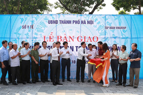 Vingroup trao tặng Thành phố Hà Nội 3 xe kiểm nghiệm thực phẩm - 1