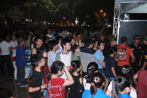 """Hàng trăm cảnh sát phải """"bảo vệ"""" Mr. Đàm diễn tại Vinh - 5"""