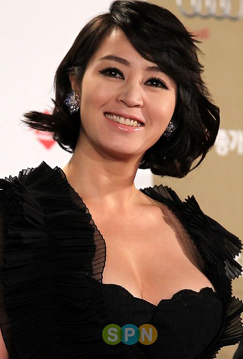 """Vẻ ngoài quá bốc lửa ở tuổi 50 của """"nữ hoàng"""" sexy Hàn - 6"""