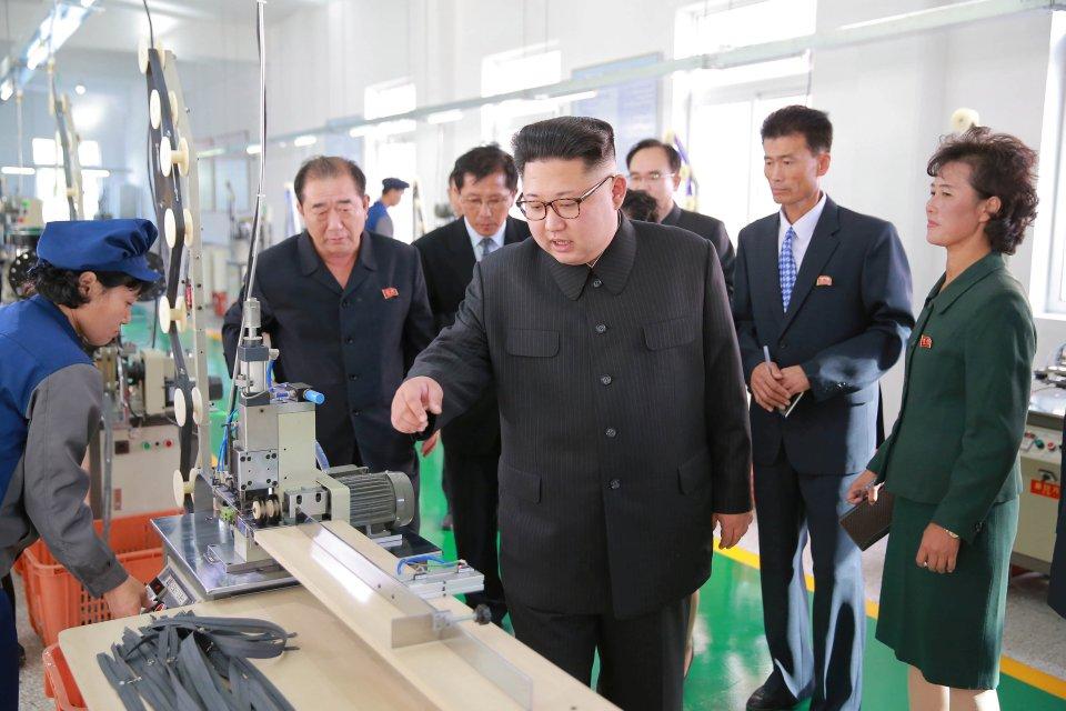 Kim Jong-un trông khác lạ trong lần xuất hiện mới nhất - 3