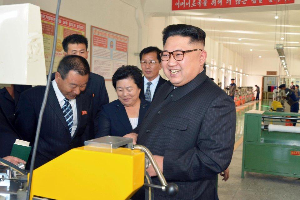 Kim Jong-un trông khác lạ trong lần xuất hiện mới nhất - 4