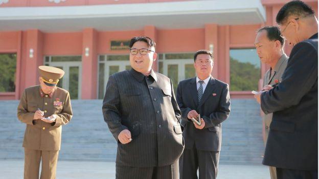 Kim Jong-un trông khác lạ trong lần xuất hiện mới nhất - 5