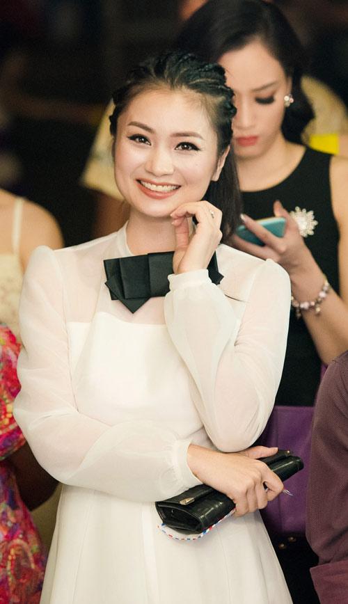 Hồng Quế bầu 9 tháng vẫn nổi bật bên dàn hoa, á hậu - 5