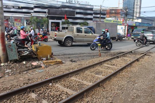 Bỏ xe máy, lao vào tàu lửa bị cán tử vong - 1