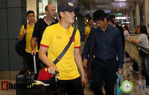 """Vui với fan nữ, HLV Hữu Thắng & Công Vinh bị """"bỏ rơi"""" - 2"""