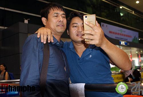 """Vui với fan nữ, HLV Hữu Thắng & Công Vinh bị """"bỏ rơi"""" - 5"""