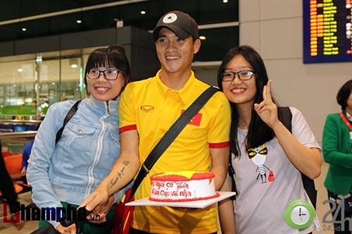 """Vui với fan nữ, HLV Hữu Thắng & Công Vinh bị """"bỏ rơi"""" - 7"""
