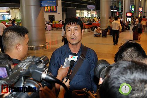 """Vui với fan nữ, HLV Hữu Thắng & Công Vinh bị """"bỏ rơi"""" - 8"""