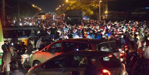 """Người Sài Gòn """"mở đường"""" ở khu vực sình lầy để thoát kẹt xe - 1"""