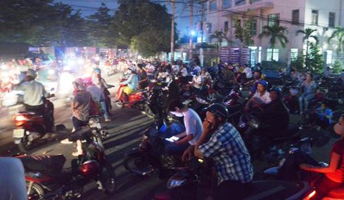 """Người Sài Gòn """"mở đường"""" ở khu vực sình lầy để thoát kẹt xe - 4"""